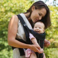 Soll ich mein Baby mit Blickrichtung nach vorne tragen?
