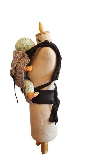 Kokadi Flip Babytrage Seitenansicht mit Baby